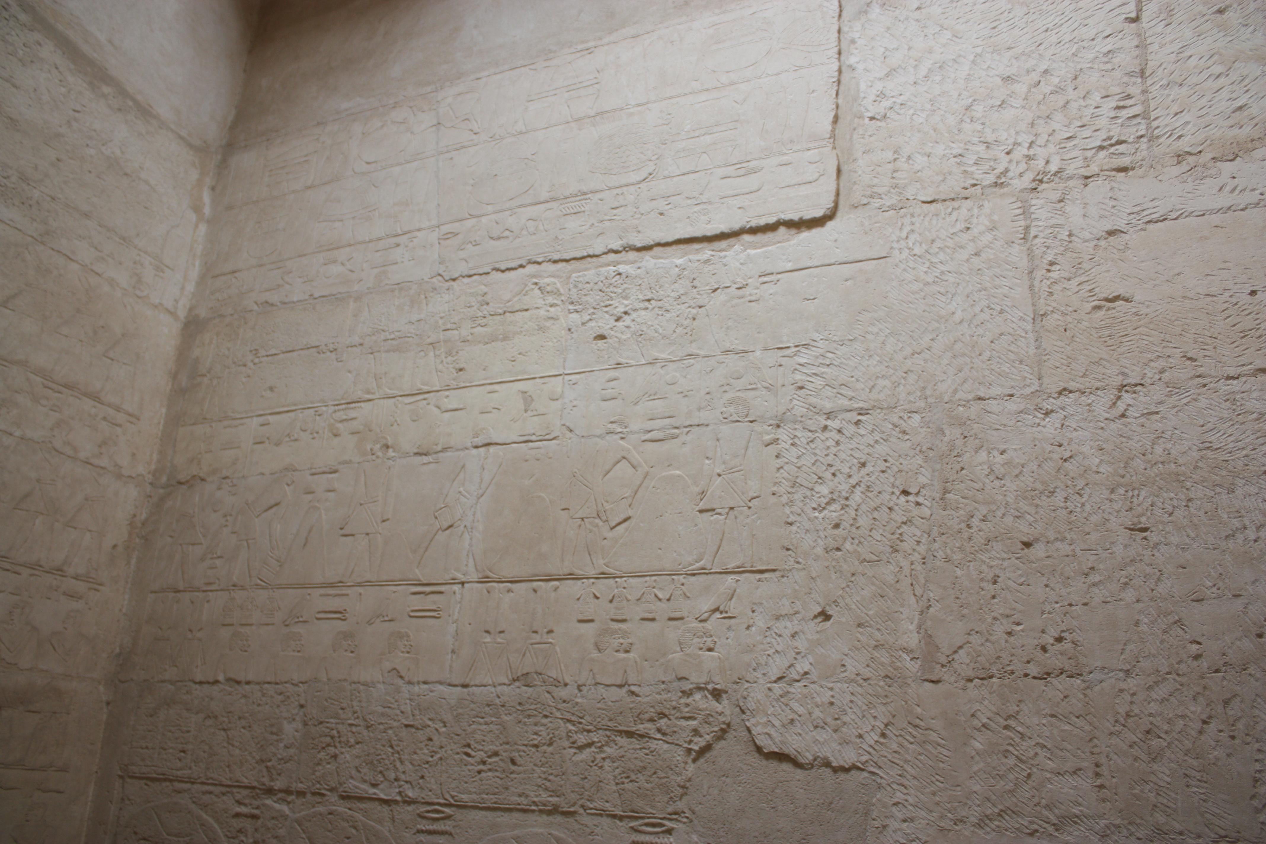 """Esempio di un geroglifico all'interno di una Mastaba, una """"protopiramide"""" egiziana."""